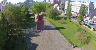 В Киеве активисты на разбили но осквернили памятник чекистам (ВИДЕО)