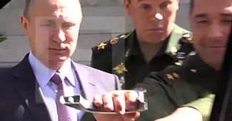 УГАР! Российский генерал пытаясь так услужить Путину открывая дверь авто сломал ручку (ВИДЕО)