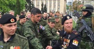 """Украинские волонтеры поставили на колени боевиков прямо во время """"парада"""" в Донецке"""