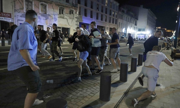 Последняя ночь на ЕВРО для русских! Французы депортируют всех российских фанатов, которые полезли в драку против англичан в Марселе (ВИДЕО ПОБОИЩЯ)