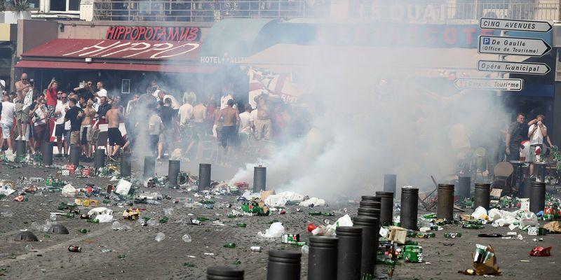 Рашисткие болельщики избили до смерти английского фаната, а российский журналист ещё и пристыдил русских которые не участвуют в драках (ВИДЕО как добивают лежачего)