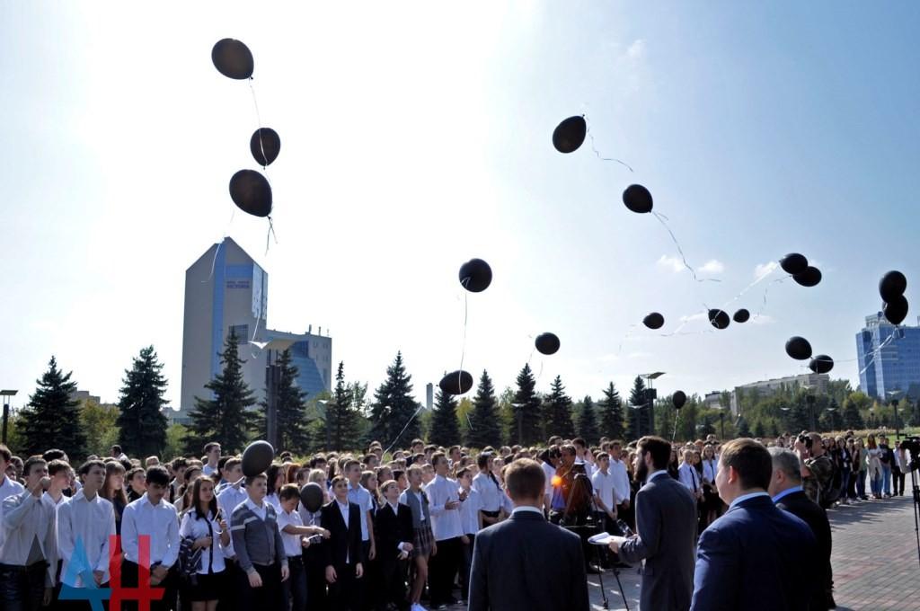 """Захарченко в ярости наорал на встрече с работниками сферы образования. В Торезе на линейке включили гимн Украины, а в Горловке """"меру"""" школьники сказали проваливать с украинского города (ВИДЕО)"""