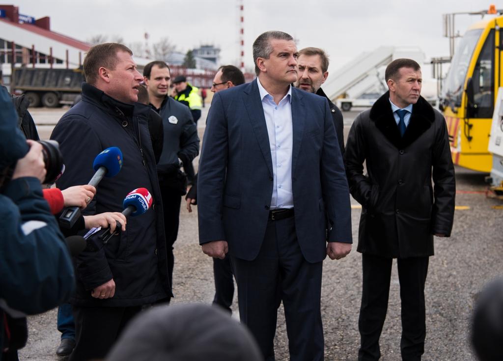 СРОЧНО! Аксенов испугался украинских стрельб возле Крыма и сбежал - его заметили с сумками в аэропорту Симферополя