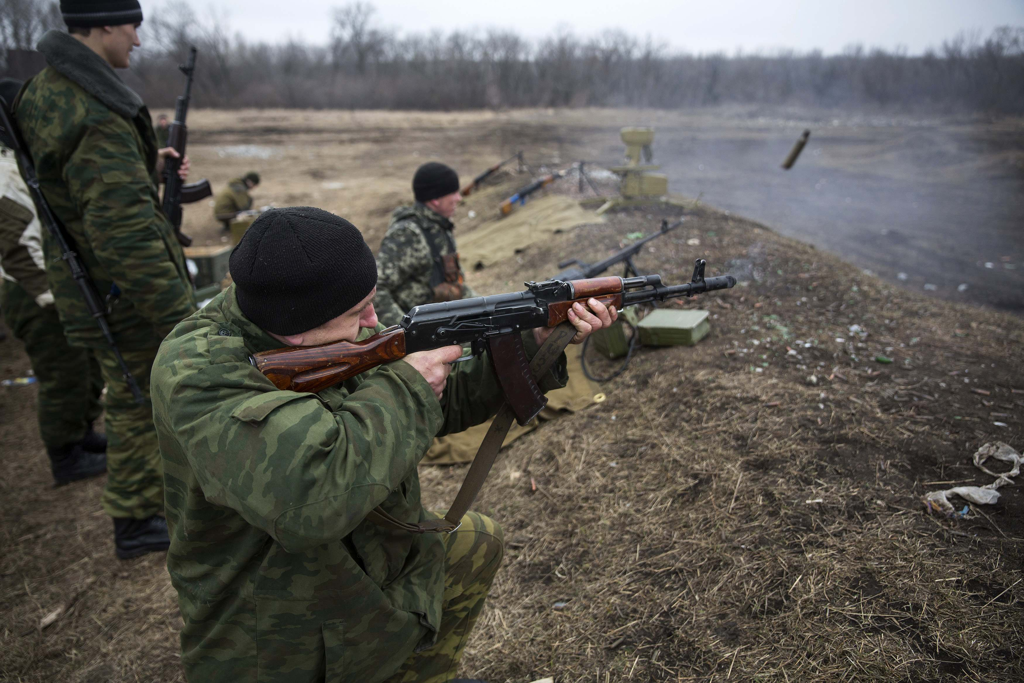 Volunteers of the separatist self-proclaimed Donetsk People's Republican guard fire their weapons during shooting training in Donetsk March 1, 2015.  REUTERS/Baz Ratner (UKRAINE - Tags: POLITICS CIVIL UNREST CONFLICT MILITARY)