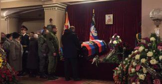 РАЗРЫВ СЕТИ! Захарченко в стиле Януковича, на похоронах Гиви, ушатал венок (ВИДЕО)