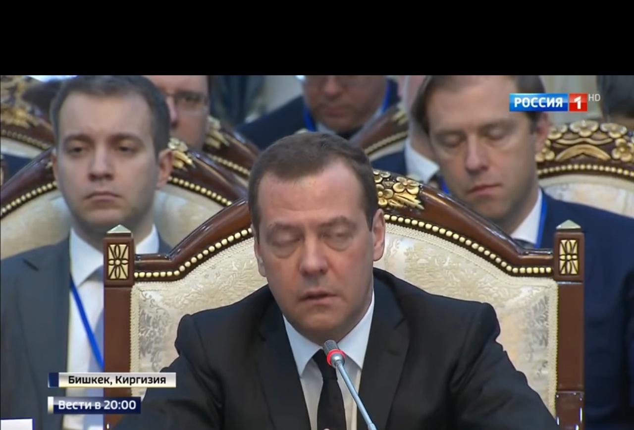 МЕДВЕДЕВ ОБОС**Я! Покрасневший, после жаркой и оскорбительной речи в адрес Белоруссии, Медведев выдал странный звук и убежал в туалет прямо с совещания (ВИДЕО)
