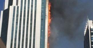 В Китае страшный пожар - горит один из крупнейших небоскребов (ФОТО)