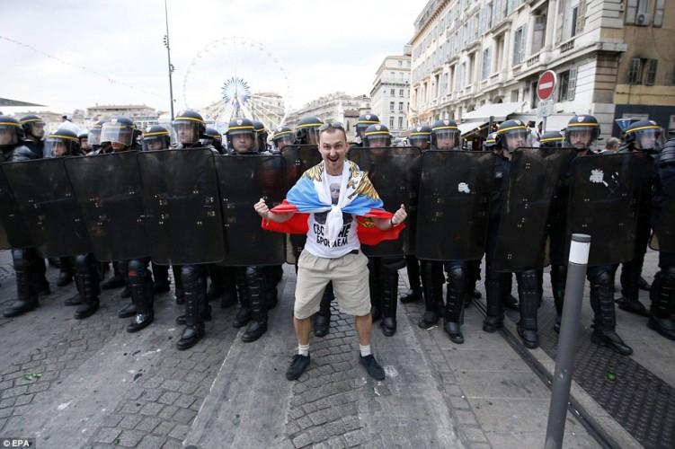 ОФИЦИАЛЬНО французы запретили показывать флаг России или депортация из страны