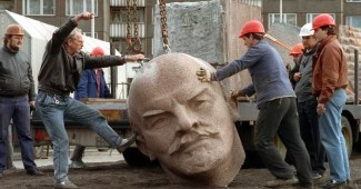 """БРАВО! В Москве антипутинские активисты повалили памятник Ленину, а на голове вождя написали """"Путин ху*ло - Крым Украина!"""" (ВИДЕО)"""