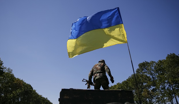 A Ukrainian serviceman stands at a checkpoint near Debaltseve, September 5, 2014. Ukraine's President Petro Poroshenko said he had ordered the army to observe a ceasefire from 1500 GMT on Friday in its conflict with pro-Russian separatists in eastern Ukraine after envoys in Minsk agreed a peace plan for the region.  REUTERS/Gleb Garanich  (UKRAINE - Tags: POLITICS CIVIL UNREST MILITARY)