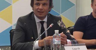 Недовольные студенты запустили тортом в зама министра финансов Украины во время пресс-конференции (ВИДЕО)