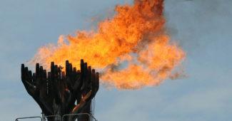 14 апреля 2009 года. Факельное сжигание газа на нефтяной платформе компании Total. Сжигание газа в факелах – обычная практика в нефтяной промышленности, таким способом избавляются от попутного газа, который невозможно использовать или транспортировать. Чрезмерное сжигание считается расточительством и наносит огромный ущерб окружающей среде, так как при этом выделяется большое количество токсичных и парниковых газов, вызывающих проблемы со здоровьем у людей и влияющих на климат.
